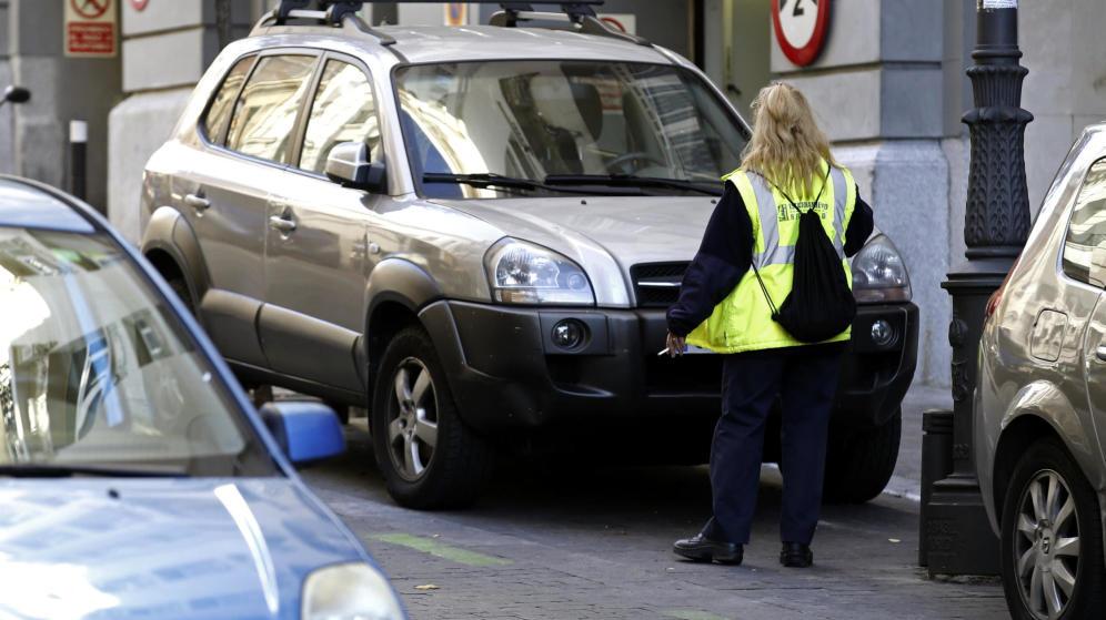 Carmena dotará de cámaras a los agentes que vigilan el aparcamiento