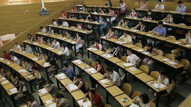 Cifuentes aprueba la bajada de tasas universitarias