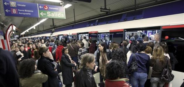 """La figura del """"empujador"""" llega al Metro de Madrid en la línea 4"""