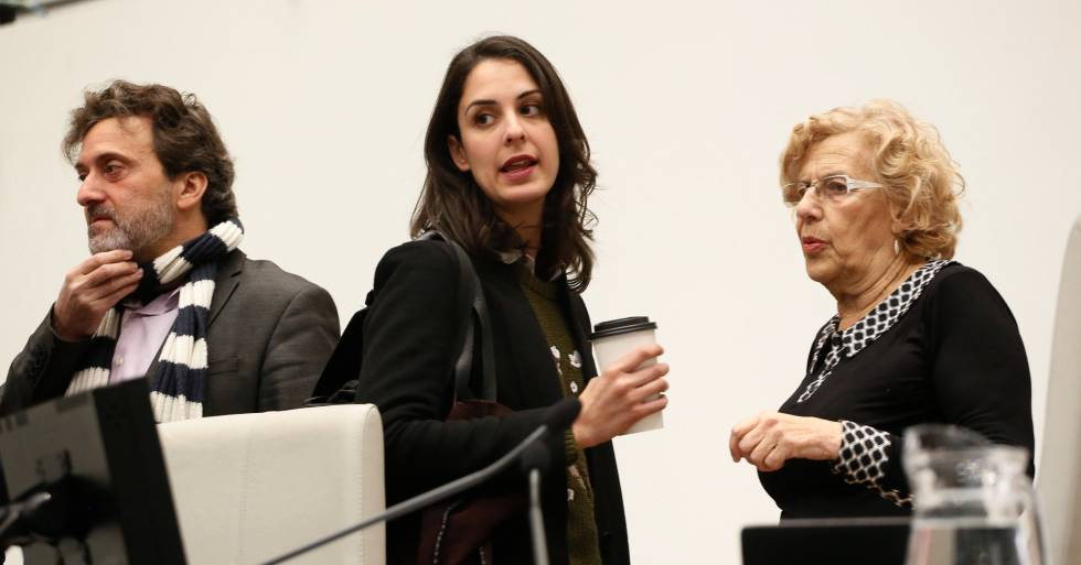 Carmena sigue sin condenar el acoso de Podemos a los periodistas