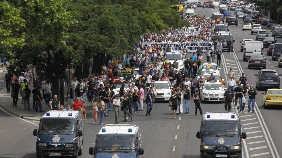 Odio y violencia entre los taxistas que paralizan Madrid